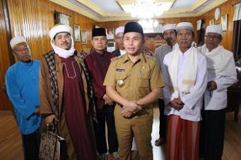 Gubernur Kalteng Sugianto Sabran dan Bupati Kapuas Ben Brahim bersama penceramah asal Jakarta, Habib Zainal didampingi para tokoh Kapuas, diwawancarai sesaat sebelum kembali ke Palangka Raya