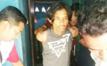 Tersangka penjual sabu, Abdurrahman (tengah) tidak berkutik saat ditangkap polisi di sebuah barak sewaannya, Rabu (14/6/2017).