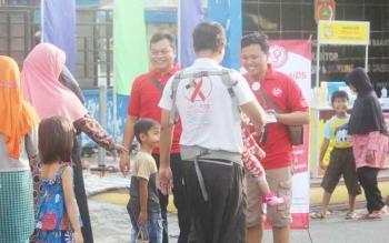 Pengurus KPA dan PKBI Kabupaten Kobar gencar memberikan edukasi terkait HIV/AIDS kepada masyarakat melalui brosur.