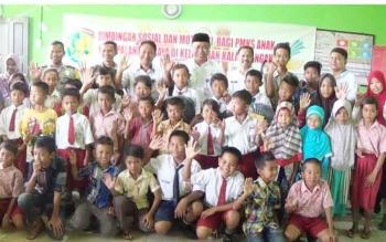 Wakil Wali Kota Palangka Raya, Mofit Saptono Subagio saat bersama anak-anak Penyandang Masalah Kesejahteraan Sosial di Kelurahan Kalampangan, Kecamatan Sebangau, Rabu (14/6/2017).