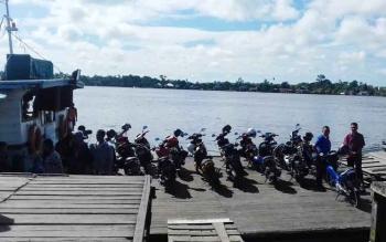 Aktivitas di pelabuhan penyeberangan Sampit, Kabupaten Kotawaringin Timur.