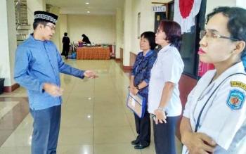Bupati Murung Raya Perdie M Yoseph saat berbicara dengan petugas kesehatan, beberapa waktu lalu.
