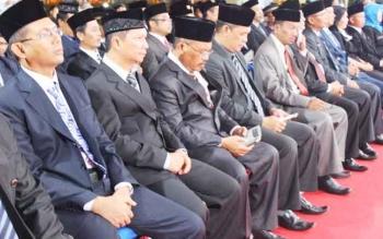 Akhmad Husain (paling kiri) duduk di deretan pejabat eselon II yang dilantik Kamis (15/6/2017) dini hari. Ia satu-satunya pejabat Pemko Palangka Raya yang lolos lelang jabatan Pemprov Kalteng.