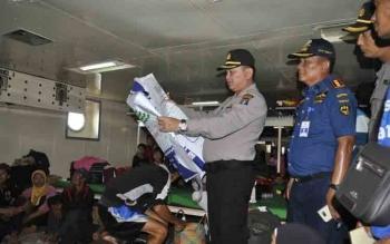 Kapolres Kotim AKBP Muchtar Supiandi Siregar bersama Kepala KSOP Toto Sukarno dan perwira polres sedang melakukan pengecekan penumpang dan kelengkapan keselamatan di dalam kapal, Rabu (15/6/2017).