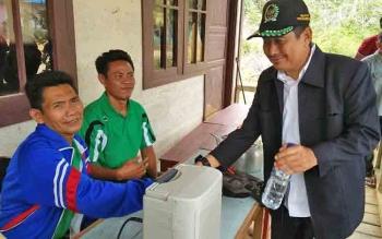 Sekretaris DPC PPP Kabupaten Mura, Rejikinoor saat melakukan kunjungan ke desa.