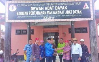 Ady Candra (batik korpri) menerima berkas calon ketua DAD Kotim Untung.