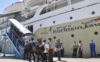 Sejumlah penumpang sedang naik ke KM Kalimutu yang akan bertolak menunju Semarang, Kamis (15/6/2017).