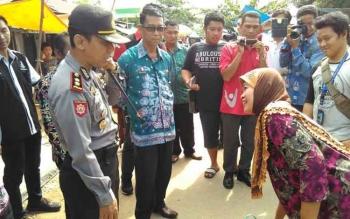 Kapores Pulang Pisau AKBP Dedy Sumarsono saat wawancara seorang pembeli di pasar mingguan Pulang Pisau, Kamis (15/5/2017).