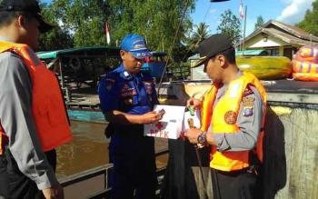 Kapolres Pulang Pisau saat memeriksa perlengkapan angkutan penyebrangan sungai.