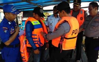 Kapolres Pulang Pisau AKBP Dedy Sumarsono saat menyerahkan bantuan jaket pelampung untuk angkutan penyebrangan sungai di Desa Mintin.