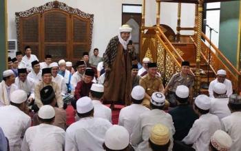 Habib Zainal Abidin Assegaf saat mengisi tausiyah, mendoakan Sugianto karena istiqomahnya bersedekah