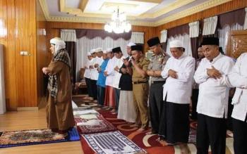 Gubernur Sugianto salat maghrib berjamaah dipimpin Habib Zainal Abidin di rumah jabatan Bupati Kapuas, saat datang safari ramadan senin lalu. Habib Zainal mendoakan Sugianto supaya segera beristri