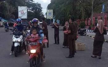 Kejaksaan Negeri Kotim bagi-bagi takjil di kawasan Taman Kota Sampit.