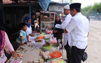 Raut muka ibu penjual wadai ini yang gagap saat diminta menghitung semua barang dagangnya oleh pengawal pribadi Gubernur Kalteng saat safari Ramadan di Kasongan