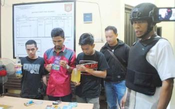 Kabag Ops Polres Murung Raya Kompol Arifin menunjukkan tiga pemuda mabuk hasil operasi penyakit masyarakat pada Kamis (15/6/2017) malam.