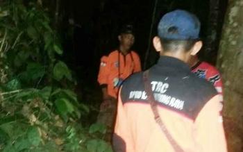 Tim Reaksi Cepat BPBD Kabupaten Mura bersama warga saat mencari Mastiah yang hilang bersama anaknya saat pergi memancing, Jumat (15/6/2017) dini hari.