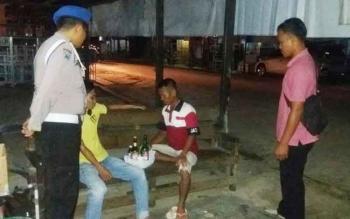 Dua warga Jalan Tjilik Riwut, RT 01/RW 02, Kecamatan Rungan, Kabupaten Gunung Mas, diciduk aparat Polsek Rungan saat sedang pesta minuman keras, Kamis (15/6/2017).
