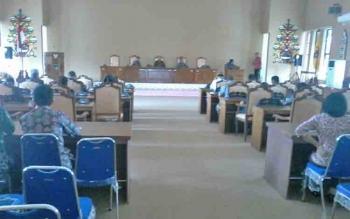 Suasana rapat paripurna yang terpaksa belum dimulai karena listrik di ruang rapat paripurna ini korslet, Jumat (16/6/2017).BORNEONEWS/ABDUL GOFUR