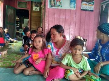 Mastiah bersama anaknya saat berada di rumah mereka di Desa Danau Usung, Kecamatan Murung, Kabupaten Murung Raya, Jumat (16/6/2017).