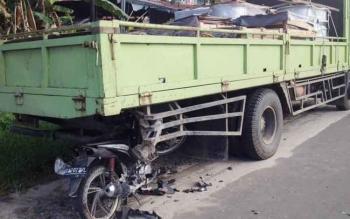 Motor Honda Blade bernomor polisi DA 2023 PL nancap dibelakang truk puso bernomor polisi DA 1583 W. Peristiwa itu terjadi di Jalan RT A Milono, Km 6, Kota Palangka Raya, Jumat (16/6/2017) sekitar pukul 07.00 WIB.