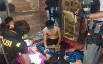 Tersangka bandar zenith, SP, saat diamankan di jajaran Satuan Reserse Narkoba Polres Barito Selatan bekerja sama dengan Unit Garuda Crisis Response Team di sebuah barak di Kelurahan Buntok, Rabu (14/6/2017) sekitar pukul 22.30 WIB.