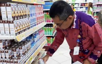 Petugas saat melakukan pengecekan mamin di Kusuka Swalayan, Jumat (16/6/2017)