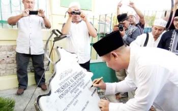 Bupati Barito Selatan Eddy Raya Samsuri menandatangai prasasti pada saat meresmikan Musala Al Danindra, Kamis (16/6/2017).