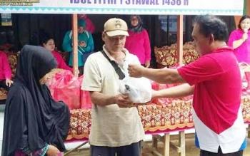 Sekretaris Disperindagkop dan UKM Kabupaten Mura, Talenta saat menyerahkan paket sembako murah kepada warga Kelurahan Muara Tuhup, Kecamatan Laung Tuhup, Jumat (16/6/2017).