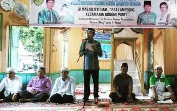 Bupati Barito Utara saat memberikan sambutan pada kegiatan safari Ramadan di Dsa Lampeong II, Kecamatan Gunung Purei.