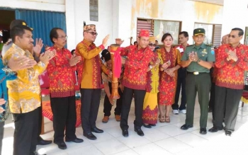 Bupati Gunung Mas Arton S Dohong didamping Wakil Bupati Rony Karlos memukul katambung tanda dimulainya Festival Budaya Mihing Mahasa, Jumat (16/6/2017).