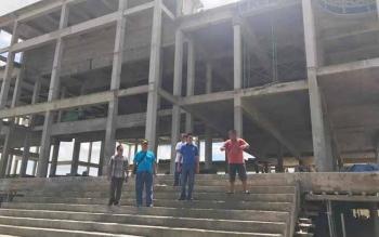 Bupati Barito Utara, Nadalsyah bersama pihak Dinas PUPR dan kontraktor saat melakukan peninjuan pembangunan Islamic center