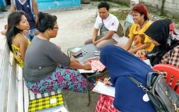 Sejumlah relawan saat melakukan penyuluhan di lokalisasi Dukuh Mola Kalimati Baru Kelurahan Kalimati Baru.