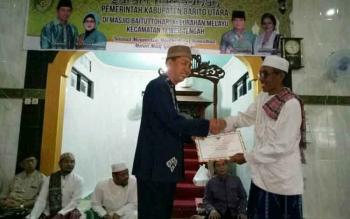 Bupati Barito Utara, memberikan sumbangan kepada pengurus Masjid Baitut Thohar