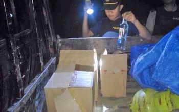 Petugas menangkap basah pembawa minuman keras tanpa izin.