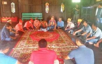 Suasana sidang adat di Rumah Betang Pasir Panjang, Pangkalan Bun, Sabtu (17/6/2017).
