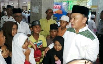 Gubernur Sugianto dekati anak-anak saat tarawih di Masjid Nurul Islam tadi malam. Ia mengimbau panitia PPDB tidak lakukan pungli di sekolah-sekolah.