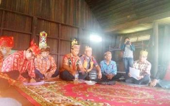 Sidang adat di Rumah Betang Desa Pasir Panjang, Sabtu (17/6/2017).