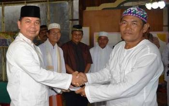 Bupati Kapuas Ben Brahim S Bahat saat menyerahkan bantuan untuk Masjid Noor Taqwa Desa Lupak Dalam Kecamatan Kapuas Kuala, Jumat (16/6/2017) sore.