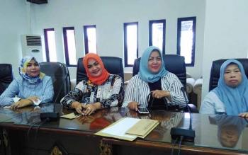 Empat anggota perempuan parlemen Kabupaten Barito Utara yakni dari sebelah kiri Jamilah, Wardatun Nurjamilah, Henny Rosgiaty Rusli dan Hj Sinaryati BBA seusai rapat pembentukan Kaukus Perempuan Parlemen