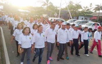 Wakil Ketua DPRD Gunung Mas Punding S Merang (empat dari kiri) ketika mengikuti jalan sehat, Sabtu (17/6/2017).