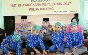 Kapolda Kalteng Brigadir Jenderal Anang Revandoko bersama anak yatim piatu di Panti Asuhan Ayah Bunda Palangka Raya, Sabtu (17/6/2017).