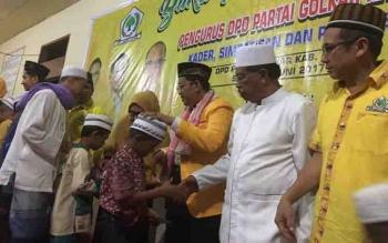 Ketua DPD Golkar Kotim Supriadi MT bersama petinggi partai lainnya, menyalami anak panti asuhan yang hadir dalam buka puasa bersama, Sabtu (17/6/2017).