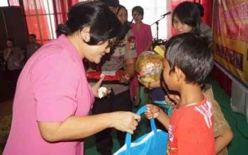 Sejumlah anak menerima bingkisan yang diberikan Bhayangkari pada kegiatan pengobatan gratis dan khitanan, Sabtu (17/6/2017).