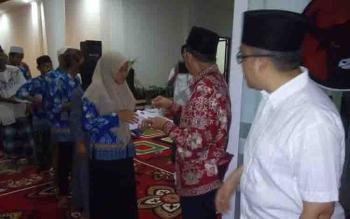 R Atu Narang dan Aries M Narang saat memberikan santunan kepada Tukang Ojek, Sopir Angkot, dan puluhan anak panti asuhan di sekretariat PDIP, Sabtu (17/6/2017) sore.