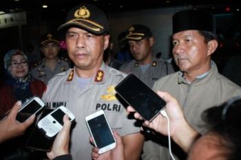 Kapolres Palangka Raya AKBP Lili Warli bersama Wali Kota Palangka Raya Riban Satia memberikan keterangan kepada wartawan.