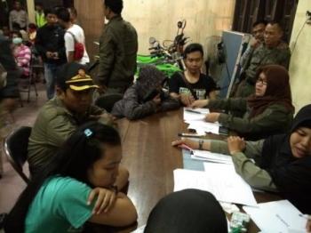 Sejumlah orang yang terjaring razia pekat di Kotawaringin Timur, saat dimintai data oleh pihak kepolisian.
