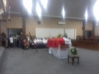 Prosesi penyerahan jenazah Wakil Ketua DPRD Kotim Dewin Marang dan penghormatan terakhir di DPRD Kotim.