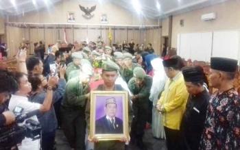 Jenazah Wakil Ketua I DPRD Kotim Dewin Marang diantar ke pemakaman.