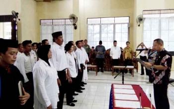 Bupati Barito Selatan Eddy Raya Samsuri melantik PAW BPD empat desa di aula Kecamatan Gunung Bintang Awai, Sabtu (17/6/2017).