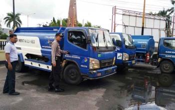 Wakapolres Kotim Kompol M Z Rovik sedang memeriksa kondisi truk tangki yang diamankan karena diduga membawa solar tanpa izin niaga dan angkut, Minggu (18/6/2017).